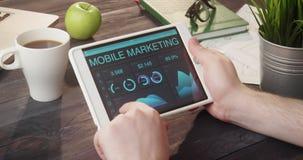 Контролировать передвижные данные по маркетинга используя планшет на столе видеоматериал