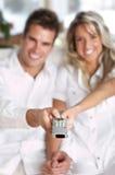 контролируйте влюбленность дистанционный tv пар Стоковое Изображение RF