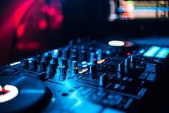 Контролируйте кнопки и смешивая музыку на профессиональном оборудовании для смешивать DJ Стоковое фото RF