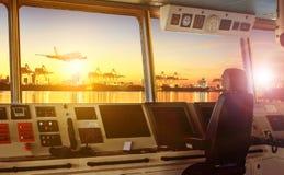 Контрольная панель рулевой рубки современного корабля индустрии причаливая к Стоковые Изображения RF