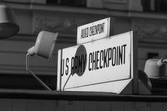 Контрольно-пропускной пункт Чарли Берлин Германия черно-белая Стоковое фото RF
