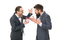 Контроль времени зрелые бородатые люди в официальном будильнике владением костюма deadline поздно снова сердитые бизнесмены r стоковое изображение rf