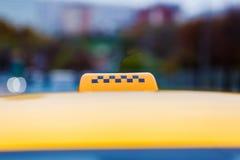 Контролеры знака на желтом такси Стоковое Изображение RF