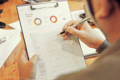 Контролер и секретарша бизнесмена администратора финансовый делая отчет Стоковое Фото