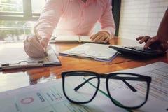 Контролер и секретарша бизнесмена администратора финансовый делая отчет Стоковая Фотография