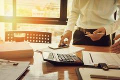 Контролер и секретарша бизнесмена администратора финансовый делая отчет Стоковое Изображение RF
