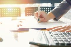 Контролер и секретарша бизнесмена администратора финансовый делая отчет Стоковое Изображение