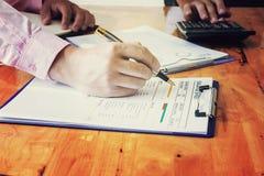 Контролер и секретарша бизнесмена администратора финансовый делая отчет Стоковые Фотографии RF