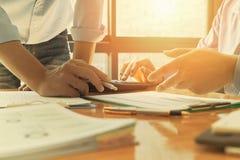 Контролер и секретарша бизнесмена администратора финансовый делая отчет Стоковая Фотография RF