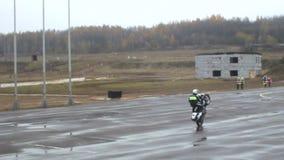Контролер полиции на мотоцикле видеоматериал