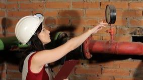 Контролер проверяет чтения манометра Инженер одобряет полученный результат красивейшая женщина инженера сток-видео