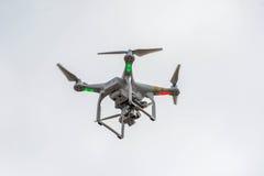 Контролируемый радио вертолет летая квада Стоковое фото RF