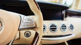 Контролируйте кнопки на рулевом колесе автомобиля Стоковые Изображения RF