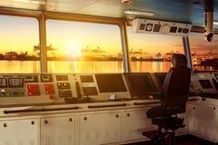 Контрольная панель рулевой рубки современного корабля индустрии причаливая к Стоковое фото RF