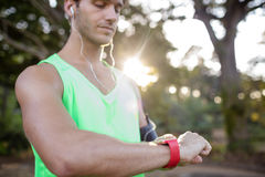 Контрольное время человека пока jogging Стоковое Изображение