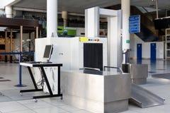 Контрольный пункт службы безопасности аэропорта с металлоискателем Стоковая Фотография RF