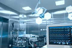Контроль показателей жизненно важных функций пациента в хирургической комнате стоковое изображение