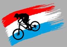 Контур велосипедиста на флаге Люксембурга стоковые фотографии rf