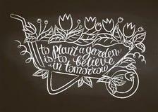 Контур мела кургана сада с листьями и цветками и литерностью - засадить сад верить внутри завтра на доске мела иллюстрация штока