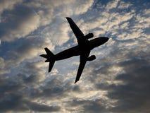 Контур самолета в небе с облаками стоковое фото rf