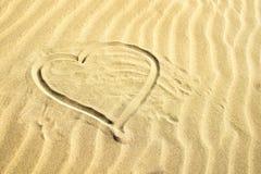Контур сердца на желтом песке День матери, предпосылка дня Валентайн стоковая фотография rf