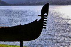 Контур шлюпки на прибрежной полосе озера Стоковые Фотографии RF