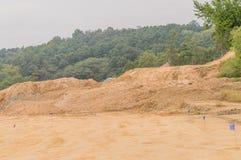 2 конуса движения сидя перед кучей грязи Стоковая Фотография RF