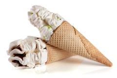 2 конуса мороженого с шоколадом изолировали белую предпосылку Стоковое Изображение RF