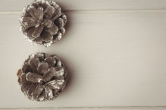 2 конуса сосны на деревянном столе Стоковое Фото