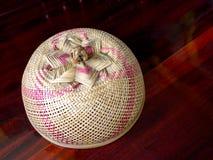 Конусовидная крышка делает с бамбуком для того чтобы защитить еду от насекомого Стоковые Изображения