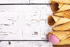 Конусы вафли над белым деревянным столом Стоковая Фотография RF