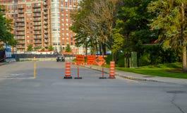 Конусы, дорога закрыли и знаки местного сообщения только оранжевые на тротуаре Стоковые Фото