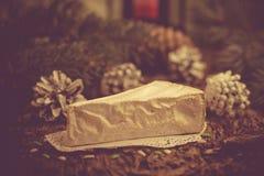 Конусы ели хворостин сыра бри ханж на праздник Христоса Стоковое Изображение RF