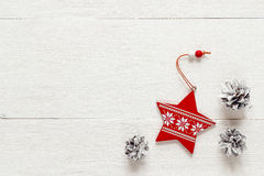 Конусы звезды и сосны украшения рождества на белых досках верхняя часть VI Стоковые Фото