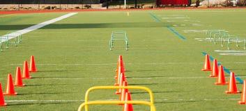 Конусы и барьеры настроенные на поле дерновины стоковое изображение rf