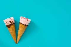 Конусы мороженого клубники на голубой предпосылке Стоковая Фотография