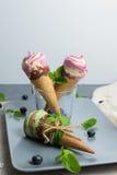 Конусы мороженого на серой винтажной предпосылке Стоковое Изображение