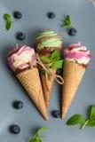 Конусы мороженого на серой винтажной предпосылке Стоковые Изображения RF