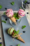 Конусы мороженого на серой винтажной предпосылке Стоковые Фото