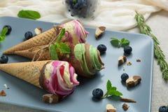 Конусы мороженого на серой винтажной предпосылке Стоковое фото RF