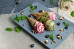 Конусы мороженого на серой винтажной предпосылке Стоковые Фотографии RF