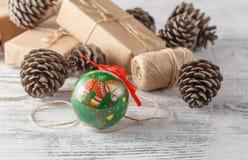 Конусы сосны и спруса и красные шарики рождества Decorat рождества Стоковое Фото