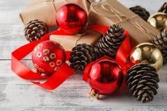 Конусы сосны и спруса и красные шарики рождества Decorat рождества Стоковая Фотография RF