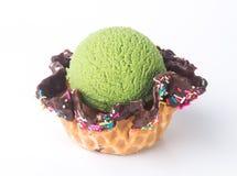 конусы шоколада предпосылки cream мороженое льда над белизной ванили клубники фисташки мороженое зеленого чая на предпосылке Стоковое Изображение