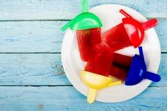 конусы шоколада предпосылки cream мороженое льда над белизной ванили клубники фисташки Ягоды Домодельная вишня, смородина, голуби Стоковые Изображения RF
