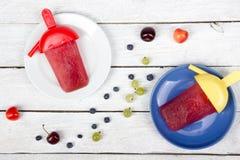 конусы шоколада предпосылки cream мороженое льда над белизной ванили клубники фисташки Ягоды Домодельная вишня, смородина, голуби Стоковое Изображение