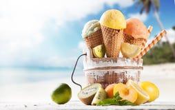 конусы шоколада предпосылки cream мороженое льда над белизной ванили клубники фисташки Стоковое Изображение