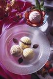 конусы шоколада предпосылки cream мороженое льда над белизной ванили клубники фисташки Стоковые Фотографии RF