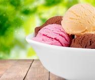 конусы шоколада предпосылки cream мороженое льда над белизной ванили клубники фисташки Стоковое Изображение RF