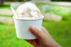 конусы шоколада предпосылки cream мороженое льда над белизной ванили клубники фисташки Ваниль и мороженое молокозавода в руке чаш Стоковое Изображение